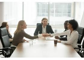 面带微笑的各式各样的女商人在多种族小组会_3939797