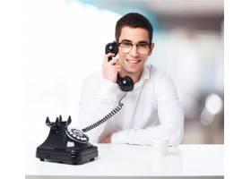 面带微笑的男人在用黑色手机交谈_1021737