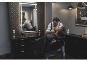 顾客的理发师造型胡须_2087445