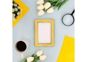 黄色边框的彩色书桌可在蓝色背景上模拟使_3913059
