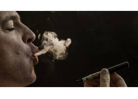 黑色背景下吸烟的男子吸烟的英俊青年手_1189438