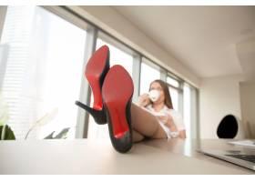自信迷人的女商人在办公室放松办公桌上放_3938694