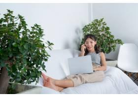 自由职业者在家工作年轻女子在起居室工_7955689