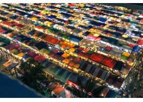 航拍夜间灯火通明的五颜六色的市场帐篷_9852835