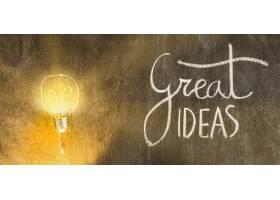 照亮的灯泡上面写着伟大的想法和黑板上的_2824823