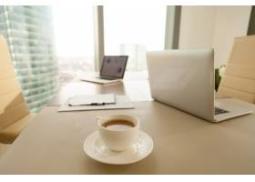 现代化的办公场所咖啡杯会议内幕上的笔_3955585