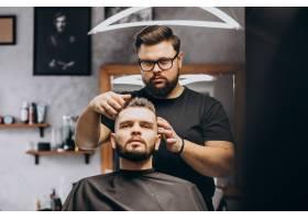 理发店的理发师为客户做发型_7435512