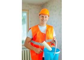 用油漆滚筒刷房子的油漆工_1186664