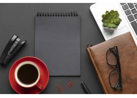 用记事本在暗色背景上布置办公元素_10571450
