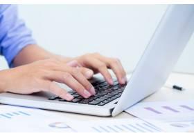 男人的手在笔记本电脑键盘上打字_1236182