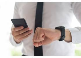 男子使用智能手机和查看时间_4010301
