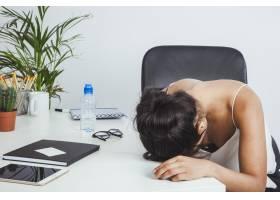 疲惫的女商人把头放在桌子上_1202435