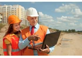 白领工人在建筑工地上工作_1239375