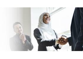 穆斯林女商人为达成商业协议而握手_12187269