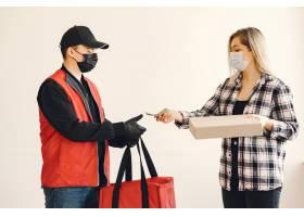 戴着医生面具的送货员和女人在一起_8819655