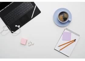 工作场所配有笔记本电脑咖啡和记事本俯_7760388