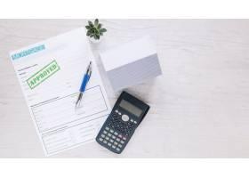 房地产经纪人办公桌上已批准的信贷申请_1825909