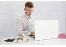 房地产经纪人在工作场所使用笔记本电脑_1540763