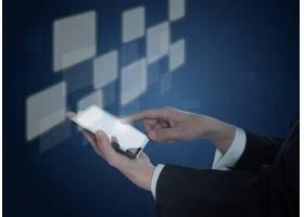 手持带有虚拟方块的移动设备_953764