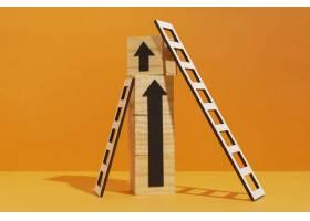 带有木质立方体和箭头的梯子_12975156