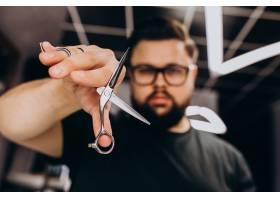 带理发工具的专业发型师近距离观察_7435514