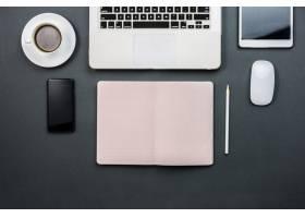 带笔记本电脑和记事本的工作区_925180
