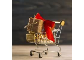 带红边礼品盒的小购物车_3196981