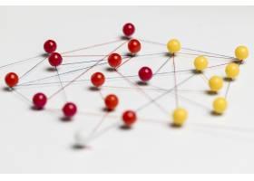 带螺纹的红色和黄色图钉用于路线图_7727056