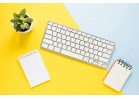 带键盘和笔记本的舒适工作场所_2415826