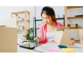 年轻的亚洲企业家女商人查看库存产品采购订_10074966
