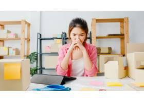 年轻的亚洲企业家女商人查看库存产品采购订_10074969