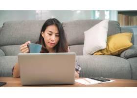 年轻的商业自由撰稿人亚洲女性在家里客厅_5820696