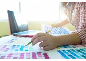 平面设计师在工作色样示例_1211637