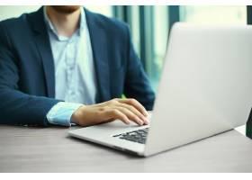 年轻人拿着笔记本电脑工作男人的手放在笔_6766378