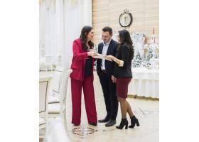 年轻夫妇和活动经理讨论计划_4172262