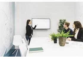 年轻女商人在办公室发表演讲_2518133