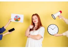年轻女子选择如何打发时间_13055752