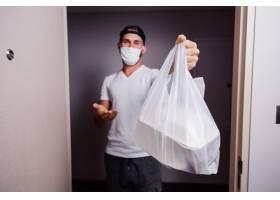 拿着塑料袋的男子送食物_11305577