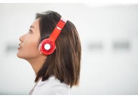 年轻漂亮女子听音乐的特写_992758