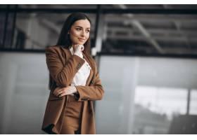 年轻的女商人西装革履地站在办公室里_8828107