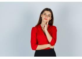 年轻的女士穿着红色上衣裙子站在那里摆_11620915