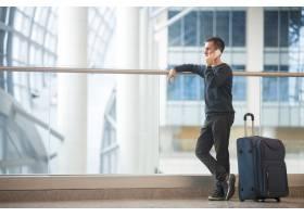 年轻的旅行者在机场用智能手机聊天_1282302