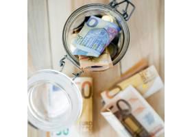 敞开的玻璃罐中的欧元钞票的俯瞰_3088549