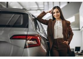 年轻美女在汽车展厅选车_8828120