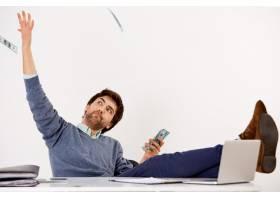 无忧无虑的富有而成功的商人坐在办公室里_9226783