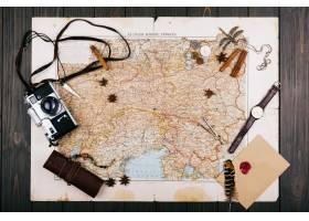 旧的黄色地图眼镜硬币皮箱相机手_1620918