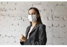 办公室里戴面罩的女性肖像_9909294