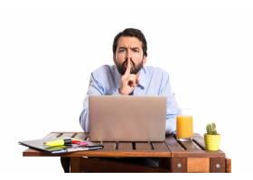 办公室里的一位生意人做了个沉默的手势_1184072