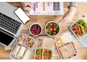 午餐盒中的图表和有机食品_7776762