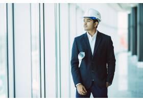 印度男性工地承包商工程师头戴安全帽手持_9076257